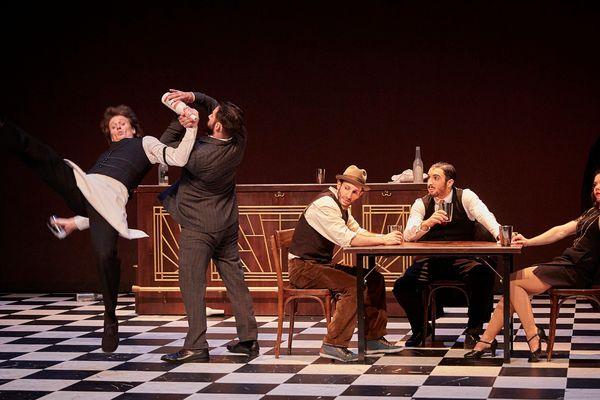 Sur fond de prohibition, le spectacle speakeasy nous plonge dans l'atmosphère des années 30.