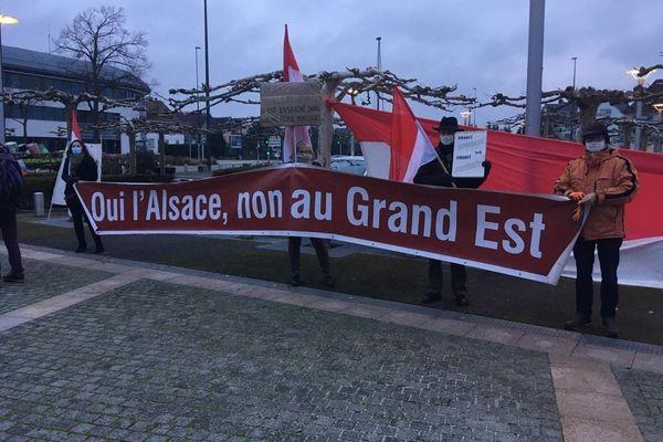 Une centaine de manifestants devant le conseil départemental du Haut-Rhin ce matin