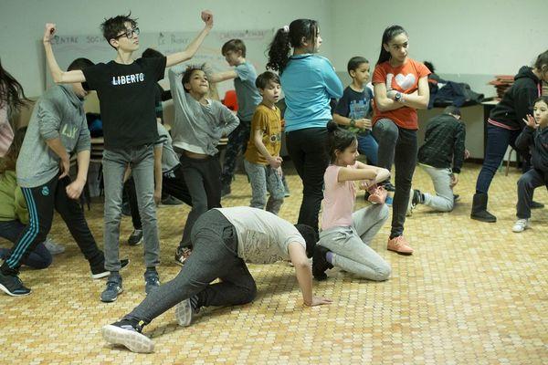 La Cie En Phase a préparé avec de jeunes danseurs arlésiens une chorégraphie déambulatoire pour la première grande parade urbaine à Arles ce dimanche 8 avril.