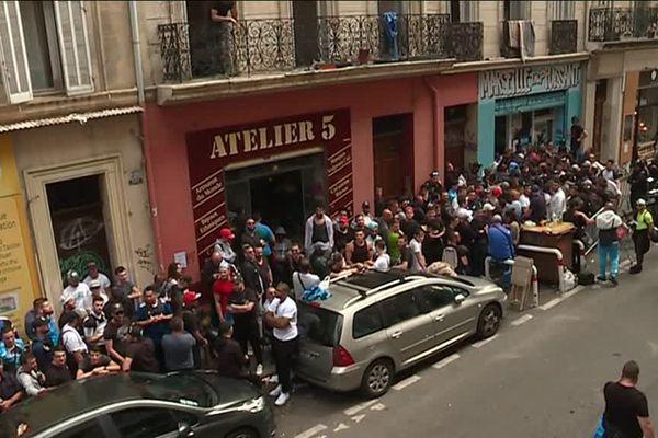 La foule amassée devant le local des MTP à Marseille.