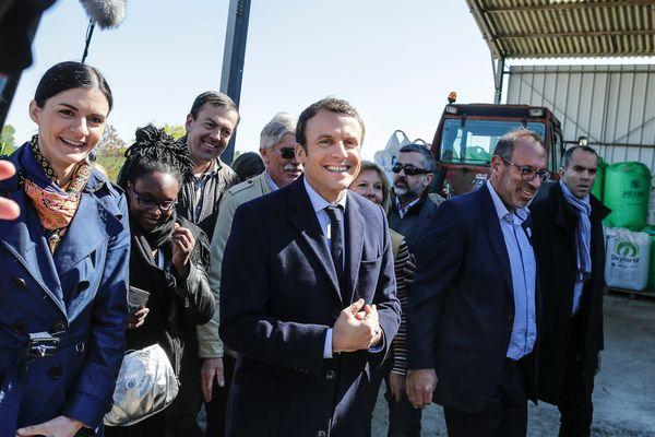 Audrey Bourolleau (à gauche) aux côtés d'Emmanuel Macron lors de sa visite à Usseau (Vienne) le 29 avril 2017.