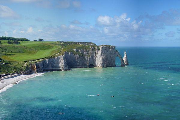 A Etretat comme sur l'ensemble du littoral normand, les nuages ne rivaliseront guère avec le soleil.