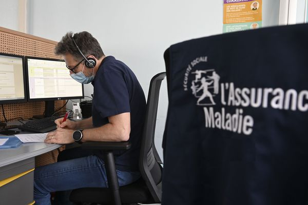 Un conseiller de la plateforme de l'Assurance Maladie, en charge des activités de recherche de contacts, recherche et information des personnes de contact Covid