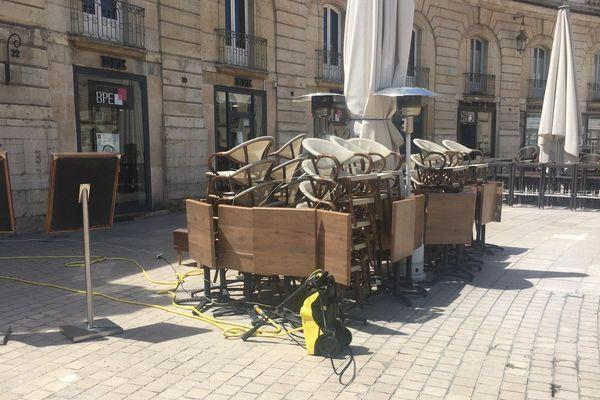 A Dijon, les propriétaires de bars se préparent déjà à passer au vert en nettoyant leurs terrasses
