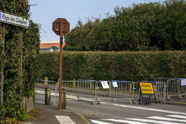 Des barrières empêchent l'accès aux promenades le long de littoral d'Anglet.
