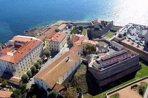 La citadelle d'Ajaccio,10.500 m2 de bâtiments construits sur deux hectares et demi.