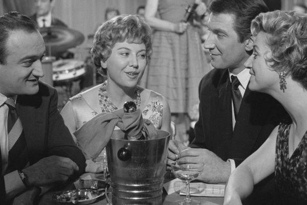 """Henri Verneuil en compagnie de Jacqueline Cartier, Félix Marten et Micheline Sandrel sur le plateau de l'émission """"Cabaret du soir"""" en 1958"""