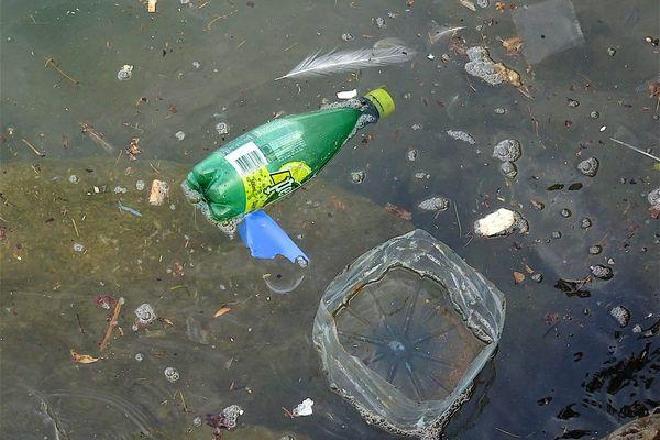 Des déchets plastiques repérés en mer Méditerranée.