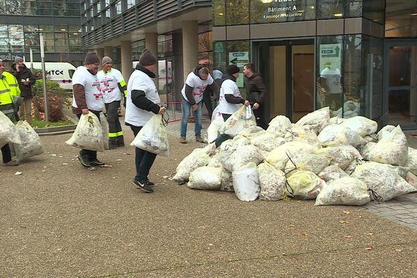 Les salariés déposent du papier à recycler devant un des services de la Métropole de Rouen