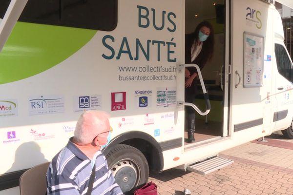 Le bus santé stationné devant la mairie du Teil ce jeudi 01 octobre