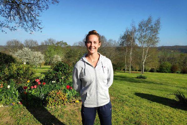 Manon Hostens dans le jardin de ses parents à Mouzens