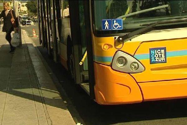 Au volant du faux bus, un faux chauffeur des lignes d'azur ...
