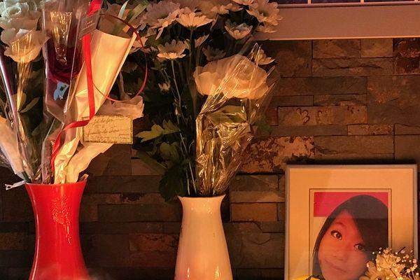 Nombreuses sont les personnes à être venues avec des fleurs.