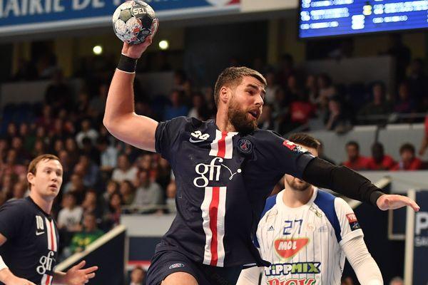 L'international de handball français Luka Karabatic, parrain de l'opération #SPORTAIDONS, lors d'une rencontre face aux hongrois du SC Pick Szeged à Paris en septembre dernier.