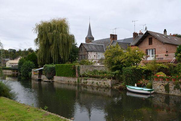 Un ciel nuageux pour ce DIMANCHE dans l'Eure, à Broglie où coule la Charentonne.