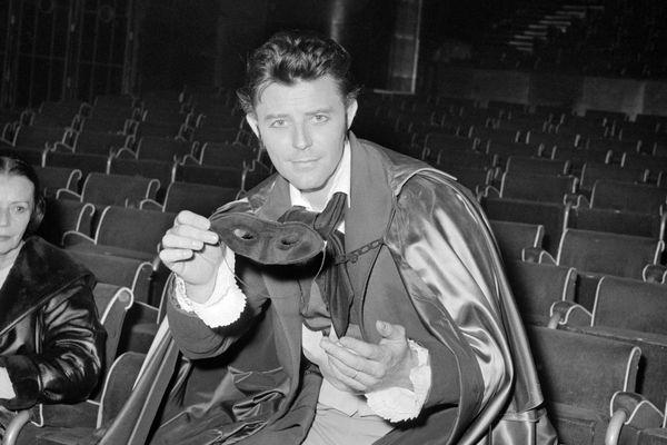 Gérard Philipe au cours de la répétition d'une pièce du Théâtre National Populaire, en novembre 1958, dans la grande salle du Palais de Chaillot.