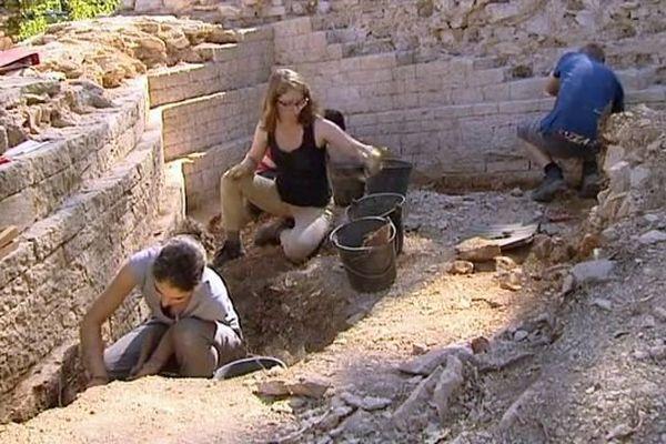 Les bénévoles ont commencé à faire sortir les vestiges nîmois de terre. Août 2015.