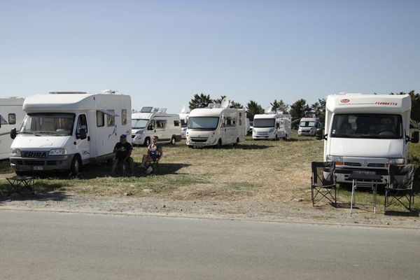Une soixantaine de véhicules stationnés dans le champ de Mr