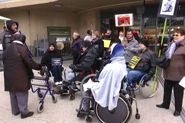 Une vingtaine de manifestants étaient présents hier à la gare de Dijon