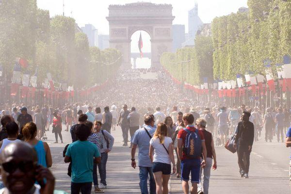L'avenue des Champs-Elysées piétonnisée (8 mai 2016).