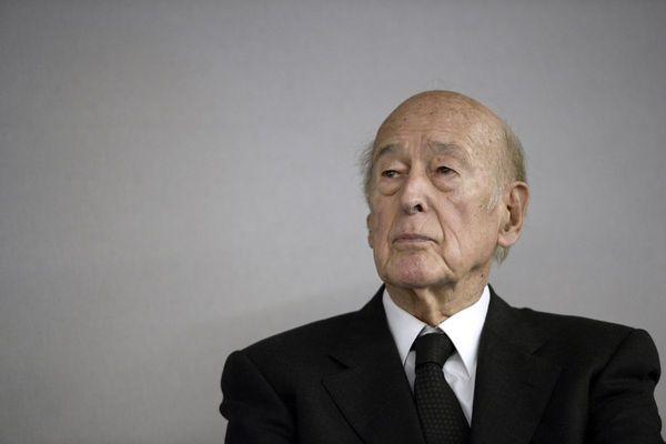 La classe politique rend hommage à l'ancien président de la République.