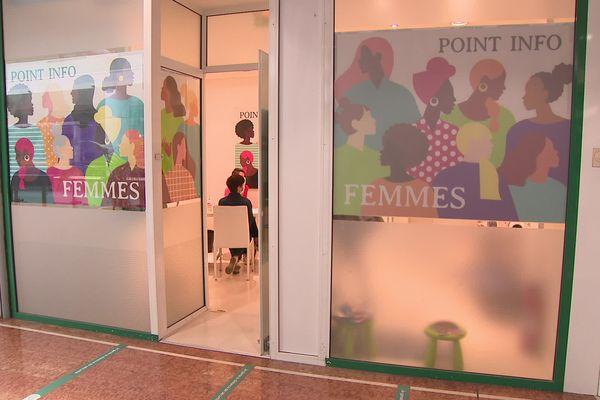 Le point infos Femmes du centre commercial Bordeaux Mériadeck, au 2ème étage, accueille aussi les victimes de violences conjugales.