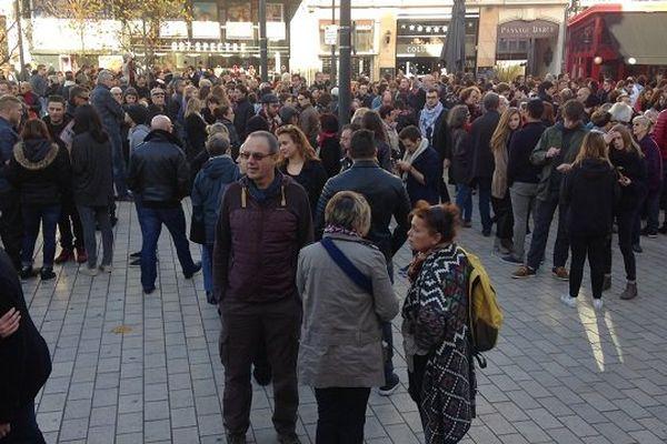Près de 500 personnes se sont réunies dimanche après-midi 15 novembre pour les victimes des attaques de Paris