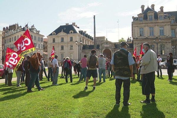 Une dizaine de travailleurs sans-papiers se sont réunis devant la préfecture de Grenoble, mercredi midi.