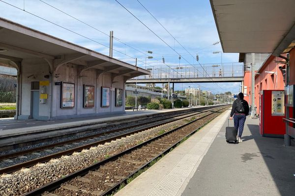 En gare d'Antibes dans les Alpes-Maritimes. La ligne Marseille-Nice est aujourd'hui exploitée par la SNCF.