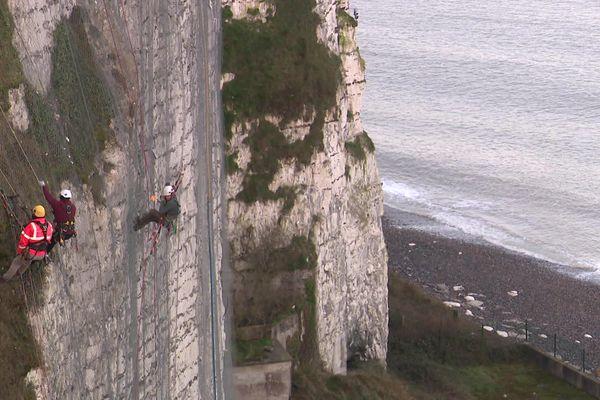 4 cordistes sont à pied d'œuvre pour sécuriser la falaise sur une cinquantaine de mètres de largeur