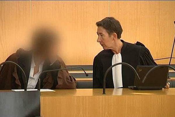 L'accusée (visage flouté), et son avocate, au deuxième procès pour le meurtre de Gisèle Loquet (10 octobre 2014)