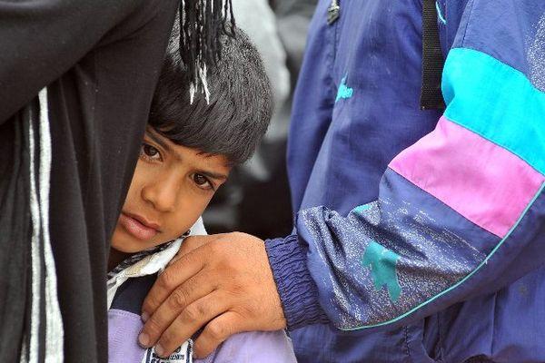 Un jeune réfugié syrien attendant de passer la frontière entre la Croatie et la Hongrie, le 25 septembre 2015