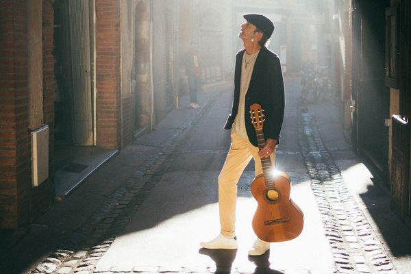Fabien Ordoñez accompagnera le groupe en musique, accompagné d'un guide pour découvrir le centre de Toulouse.