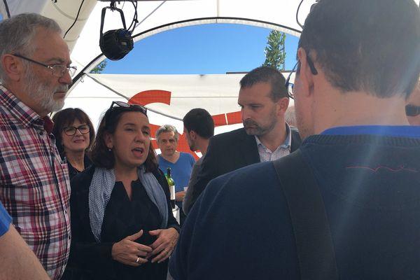 Le président du Sdet, Alain Astié (1er à gauche), et la directrice du syndicat mixte, Catherine Moncet, présentent à la presse le projet d'installation de cent bornes électriques dans le Tarn.