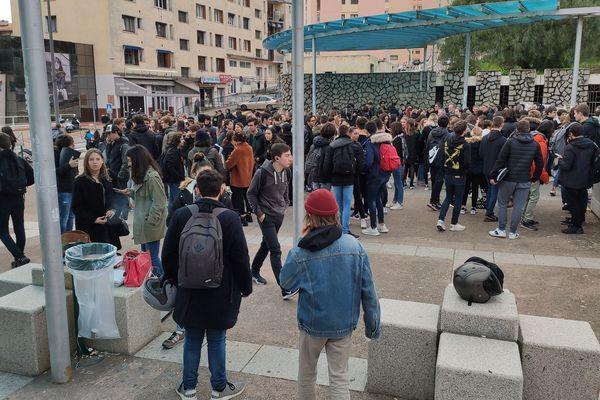 Ce mardi matin, les élèves de la filière technologique étaient mobilisés devant le lycée Laeticia d'Ajaccio.