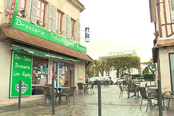 25 octobre 2020 - Une rue de Vernon et une terrasse de café