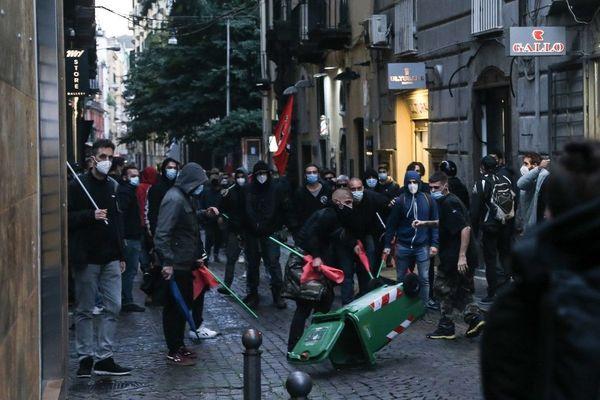 Naples, le 24 octobre 2020, affrontements entre extrémistes anti couvre-feu et policiers