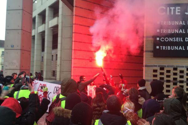 """Des """"gilets jaunes"""" manifestent devant la cité judiciaire de Dijon samedi 2 février 2019"""