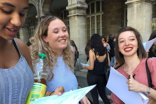 La joie au lycée Montesquieu de Bordeaux pour ces bachelières ! Les notes en main, grand sourire !