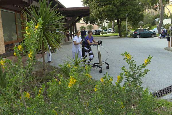 L'exosquelette permet même de marcher à l'extérieur.