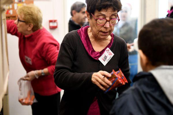 Bénévoles, Restos du Coeur, les associations font partie du paysage maintenant