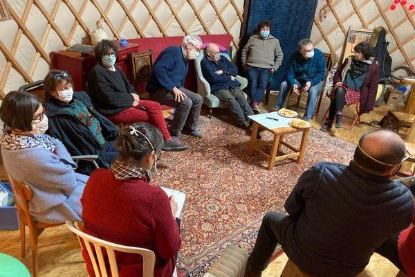 Les douze habitants de la Bigotière se réunissent régulièrement tous ensemble pour discuter et décider tous ensemble.