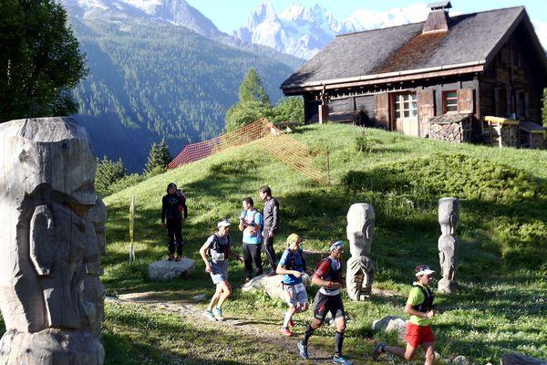 Des coureurs passant à Tré le Champ, près de Chamonix, lors de l'édition 2015 du Marathon du Mont-Blanc.