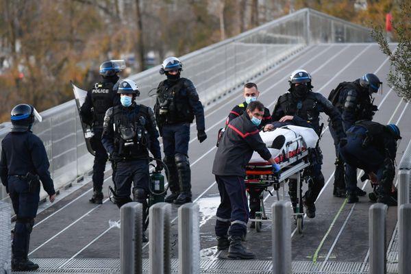 Le policier blessé est pris en charge par les sapeurs-pompiers