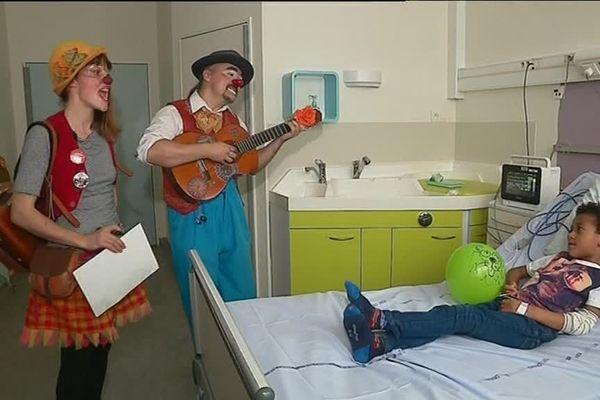 Confinement oblige, les docteurs Gaspard et Ornicar ne peuvent plus ces temps-ci circuler, comme avant, dans les chambres du service pédiatrie de l'hôpital de Lorient.