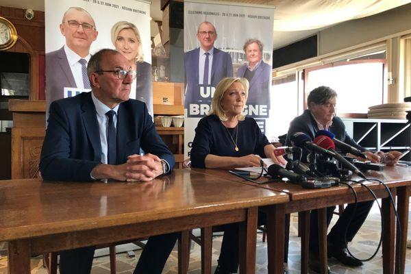 Marine Le Pen en déplacement à la Trinité-sur-Mer, entourée de Gilles Pennelle et de Florent de Kersauson candidat dans le Morbihan pour les élections régionales