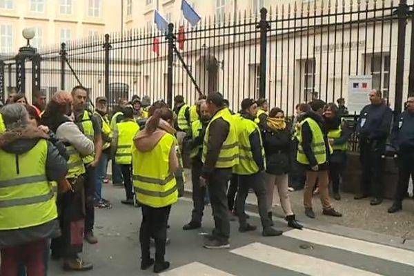 Ils étaient une centaine de gilets jaunes devant la préfecture de l'Ariège ce matin