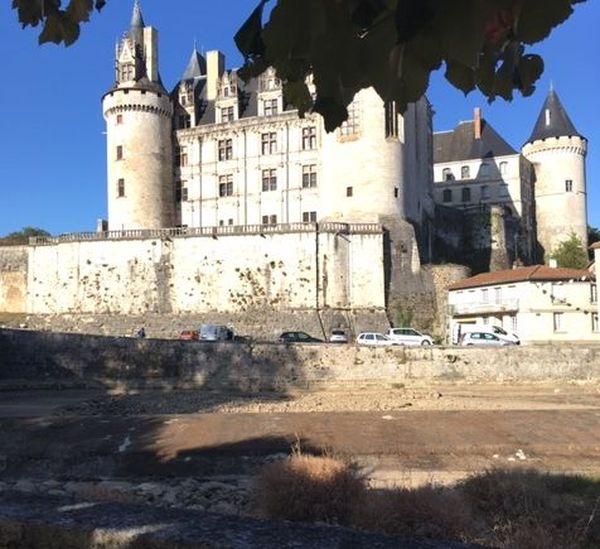 La Tardoire est à sec au pied du château de La Rochefoucauld en Charente.