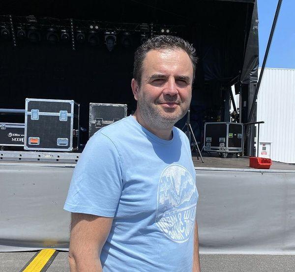 Christophe est l'animateur du drive quizz musical. Pour lui, animer dans ces conditions est une grande première !