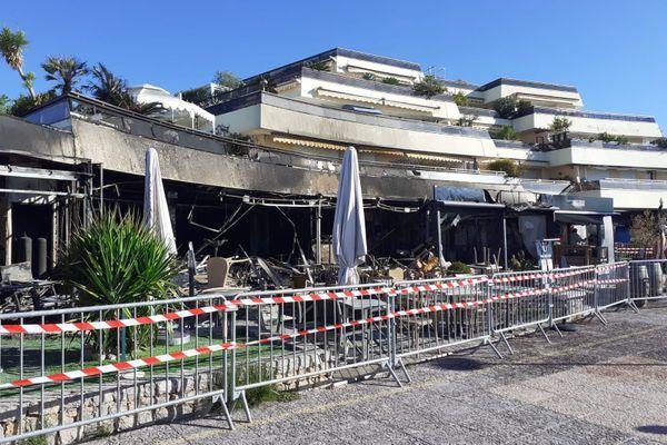 Ce lundi 28 septembre, trois restaurants de la promenade des Flots bleus à Saint-Laurent-du-Var dans les Alpes-Maritimes ont brûlé